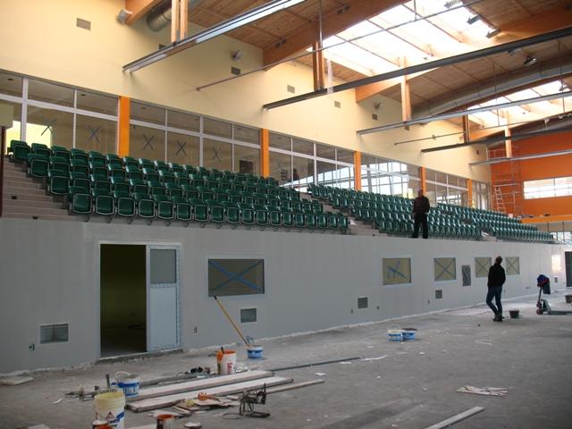 W-hali-zamontowane-zostały-juz-siedzenia.JPG